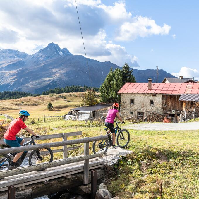 couple e bike tour switzerland arosa | © Mattias Nutt Photography