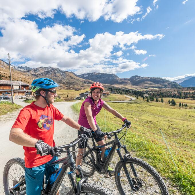 couple e bike arosa switzerland | © Mattias Nutt Photography